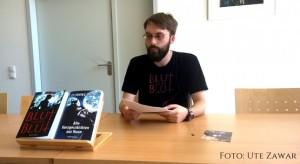 "Benjamin Spang bei seiner ersten Lesung zum Roman ""Blut gegen Blut"""