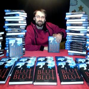 """Autor Benjamin Spang mit seinem Debütroman """"Blut gegen Blut""""."""